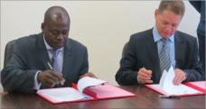 Dr Bartolomeu Soto and Mr Werner Myburgh sign the project implementation contract