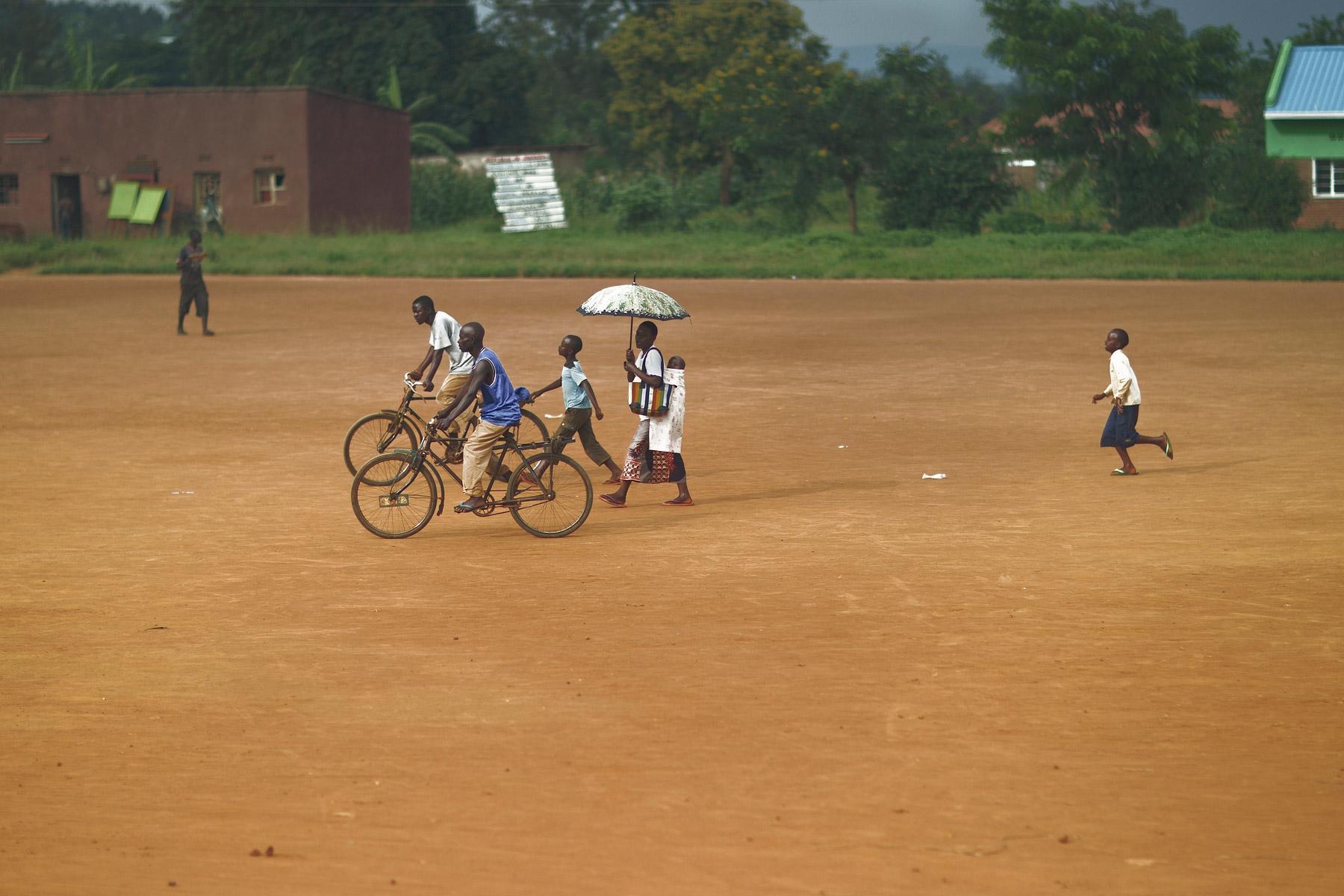 RWANDA_boy_running_family