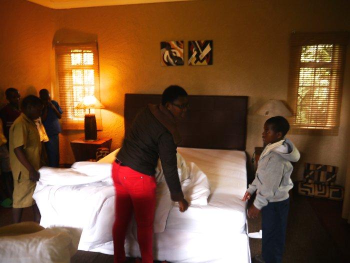 bed-making-Sabyinyo-Silverback-Lodge