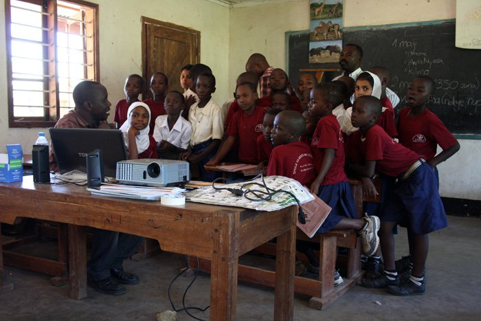 Visit from Solo who is public relations officer at Kitulo national park. Without electricity we could not run the projector for Solo´s presentation and the students had to crowd around the laptop.