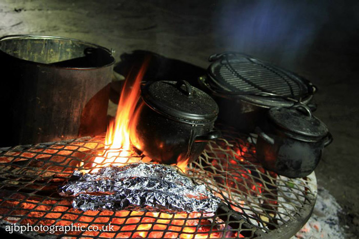 cooking-over-fire-in-potjie