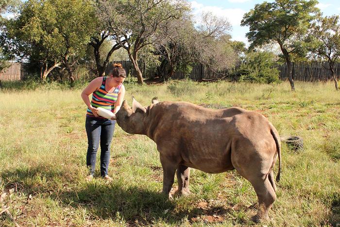 vicki-feeding-a-black-rhino