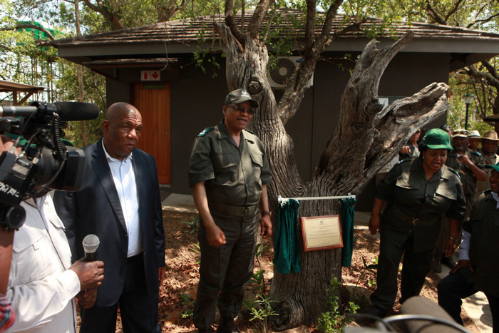 President Jacob Zuma unveils the JOC at Skukuza.