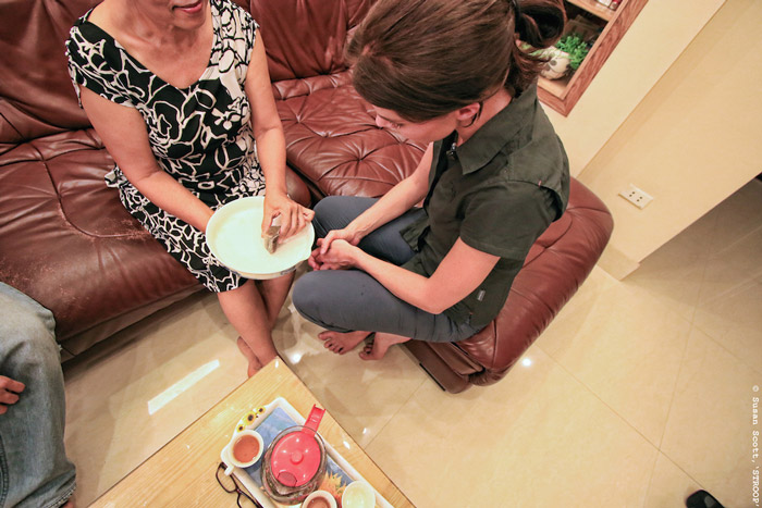 A cancer patient showing Bonné de Bod how she uses rhino horn in a traditional grinding bowl in Vietnam. © Susan Scott for STROOP