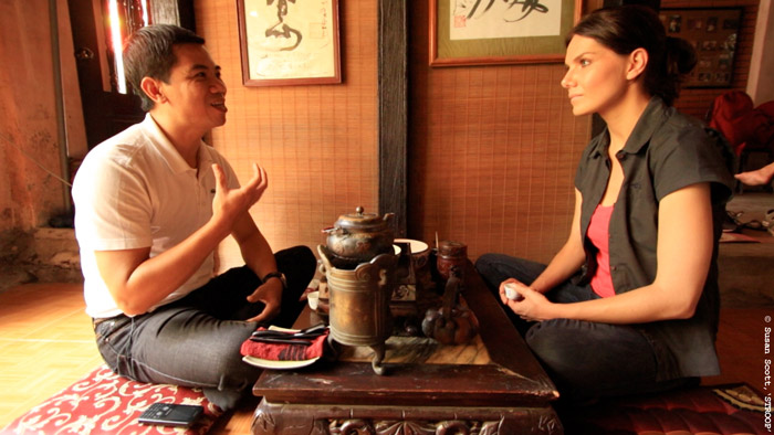 A traditional teamaker meeting with Bonné de Bod in Hanoi, Vietnam on her quest to find a rhino horn user. © Susan Scott for STROOP