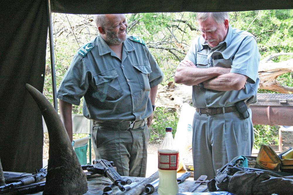 nicholus-funda-chief-ranger-kruger-and-john-turner-chairperson-honorary-rangers-janine-avery