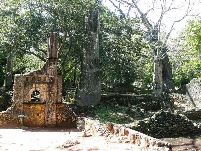 Gede-ruins-tomb
