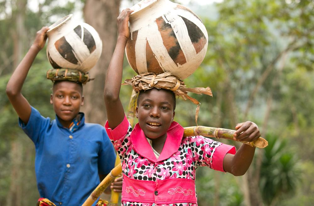 Rwandan boys carry pots on their heads ©Christian Boix