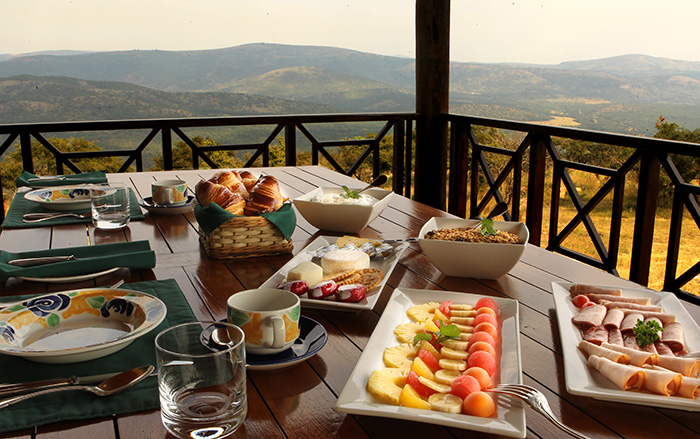 enjoy-the-expansive-views-while-enjoying-a-delicious-breakfast-pakamisa