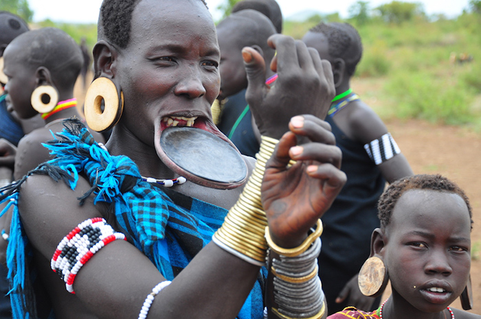 the-mursi-women-proudky-wears-their-lip-plates-the-bigger-the-plate-the-more-value-as-a-bride