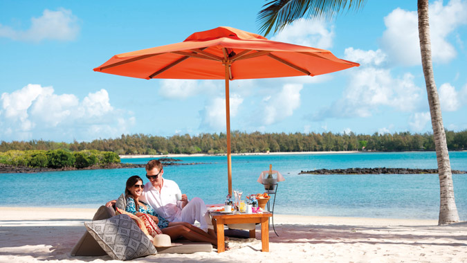 prince-maurice-wedding-honeymoon-lunch-on-beach