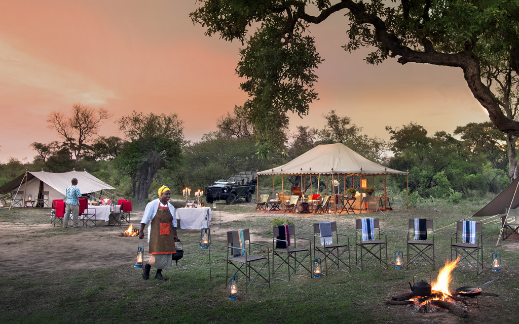 Outdoor dining by the fire at Tanda Tula Field Camp