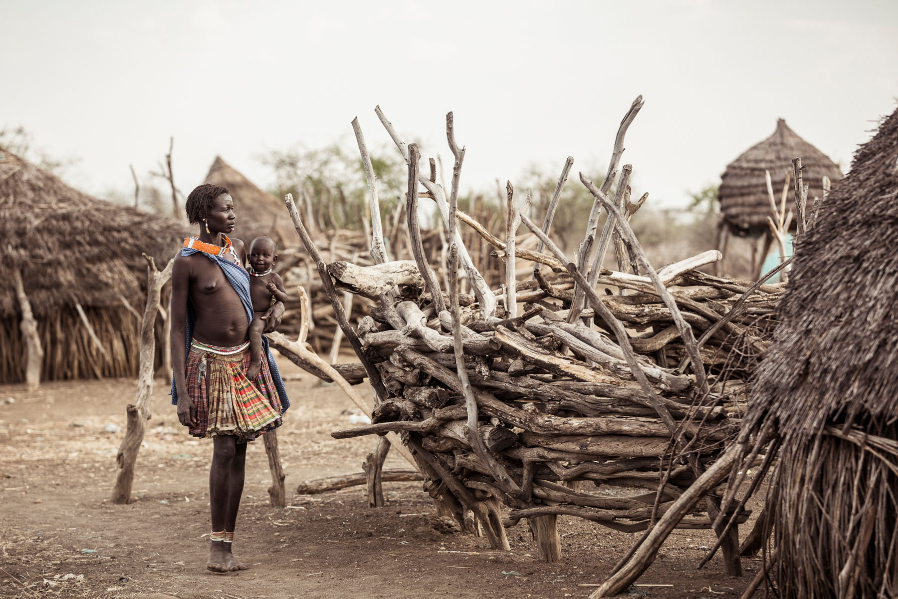 A Toposa woman with her child in the village © Joe Buergi