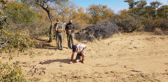 Riaan Fourie studies a particularly difficult spoor identification test, watched by judges James Steyn (left) and Juan Pinto © Simon Espley